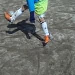 この選手も足首が曲がり、足は正面に振っています!