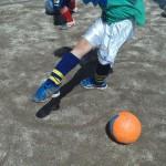 挑戦3回目!きれいに足首が伸び、右足は左側に振れています!