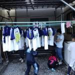 宿で洗濯干し(3年生)