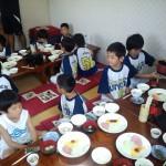 2日目朝食 3年生がお手伝い